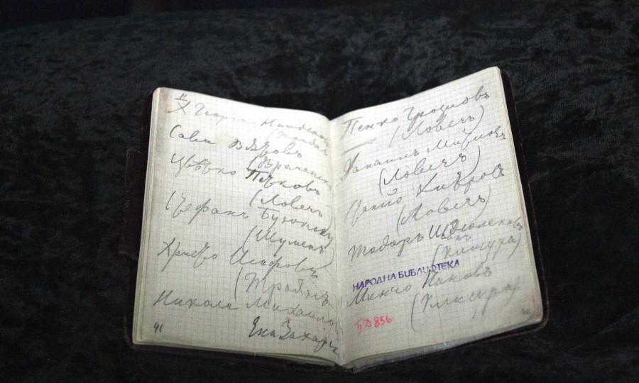 В Националната библиотека показаха оригиналното тефтерче на Христо Ботев