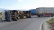 Камион със скрап се обърна на АМ