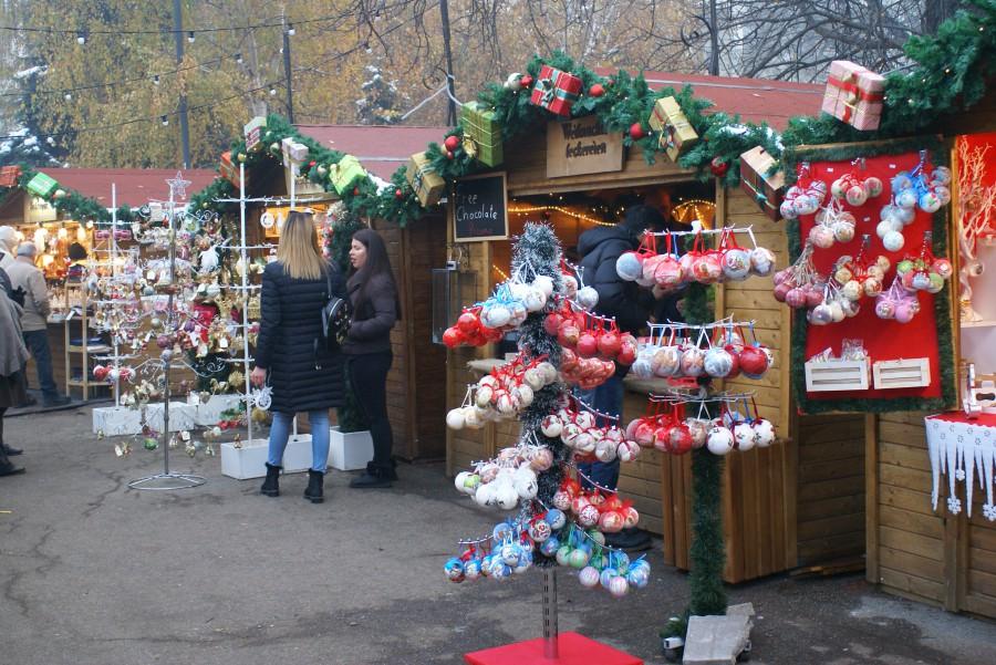 Коледа, базар, елха, играчки, подаръци