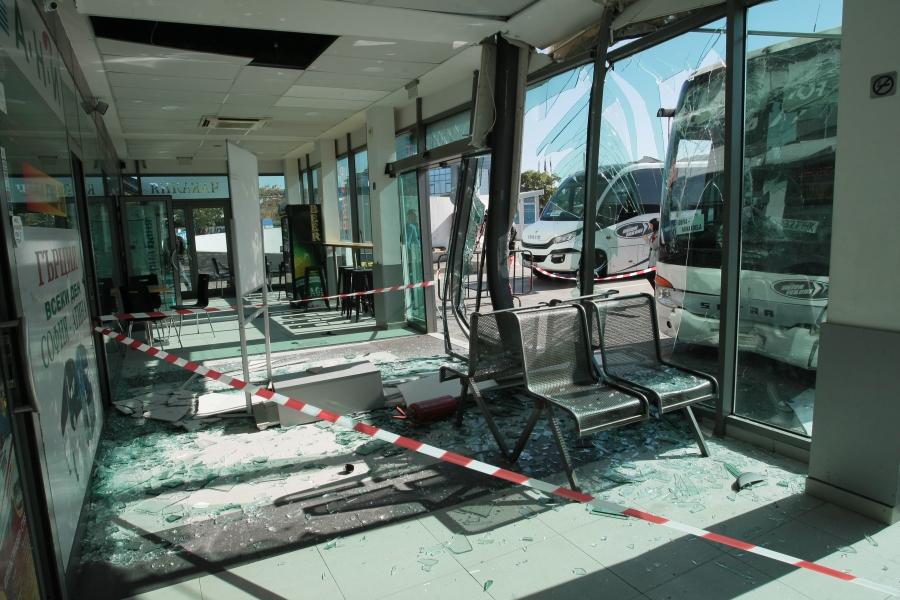 Автобус се вряза в чакалнята на автогара
