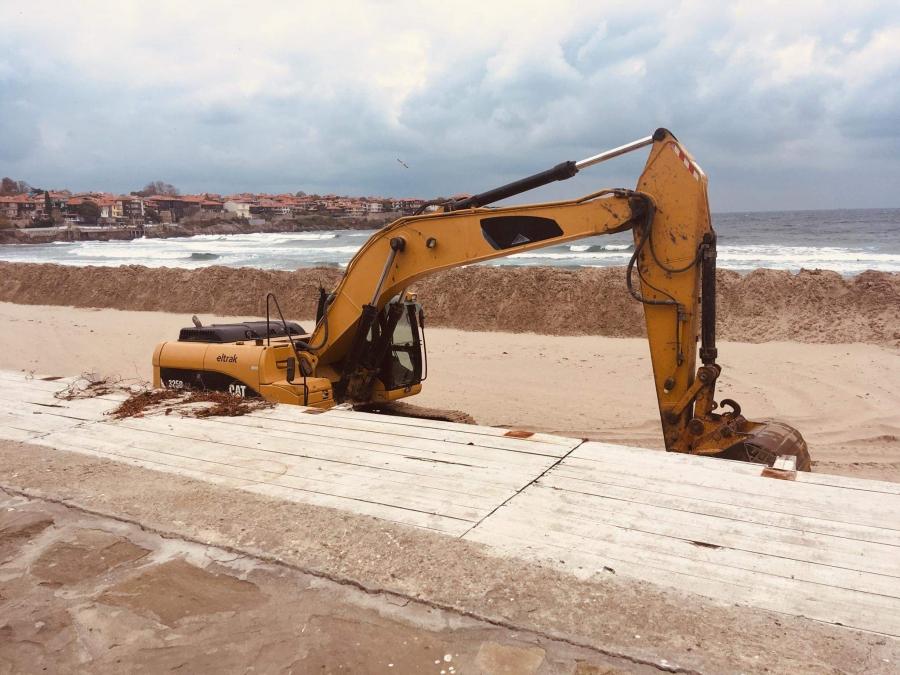 Концесионер издигна дига на плажа в Созопол