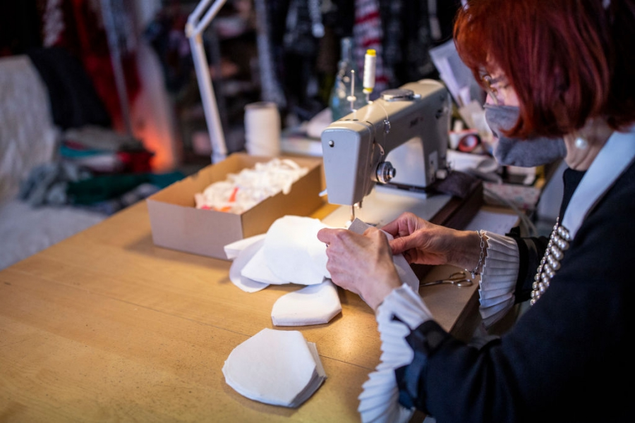 Моделиери шият маски