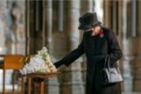 Кралица Елизабет II сложи маска
