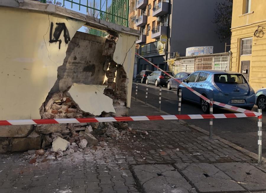 Срути се ограда на училище в София