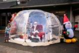 Дядо Коледа в прозрачна палатка
