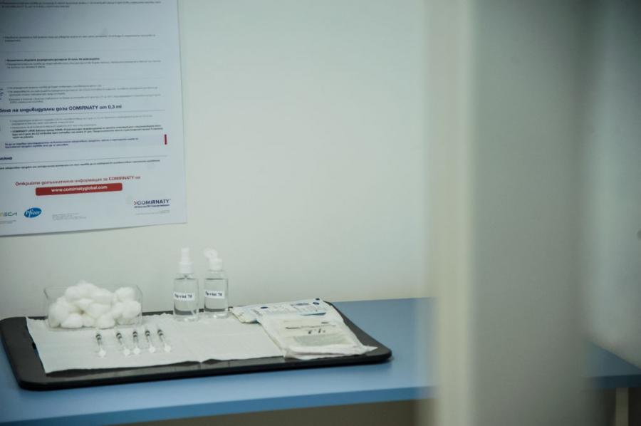 Министър Костадин Ангелов се ваксинира публично