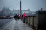 Защо Прага бе осеяна с празни бирени чаши