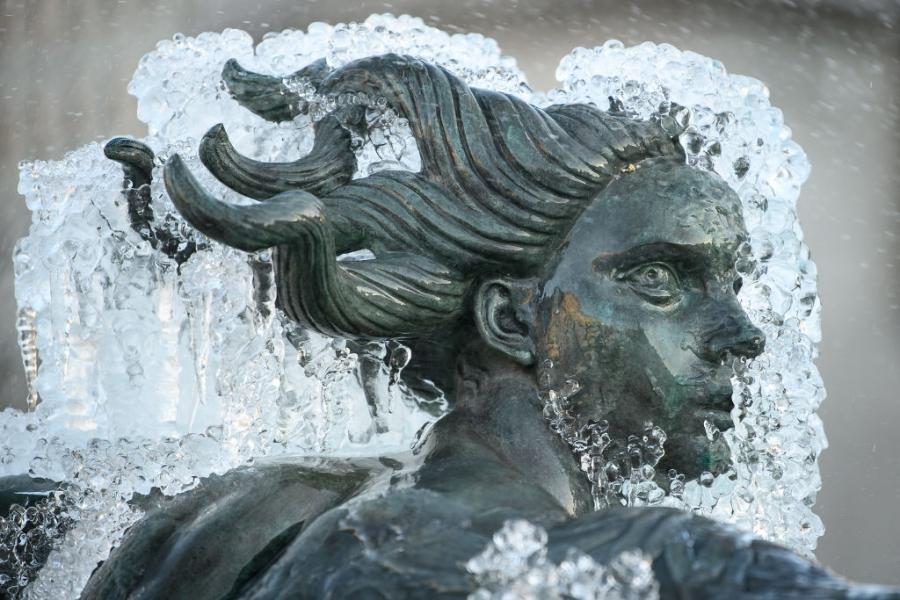 Лед скова статуи в Лондон