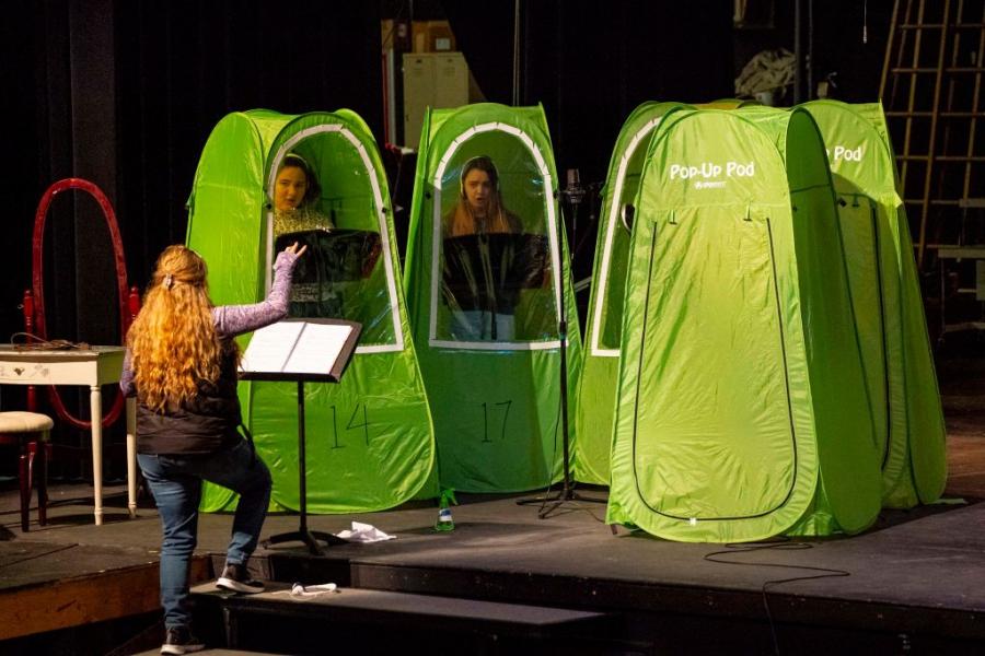 Деца репетират в палатки