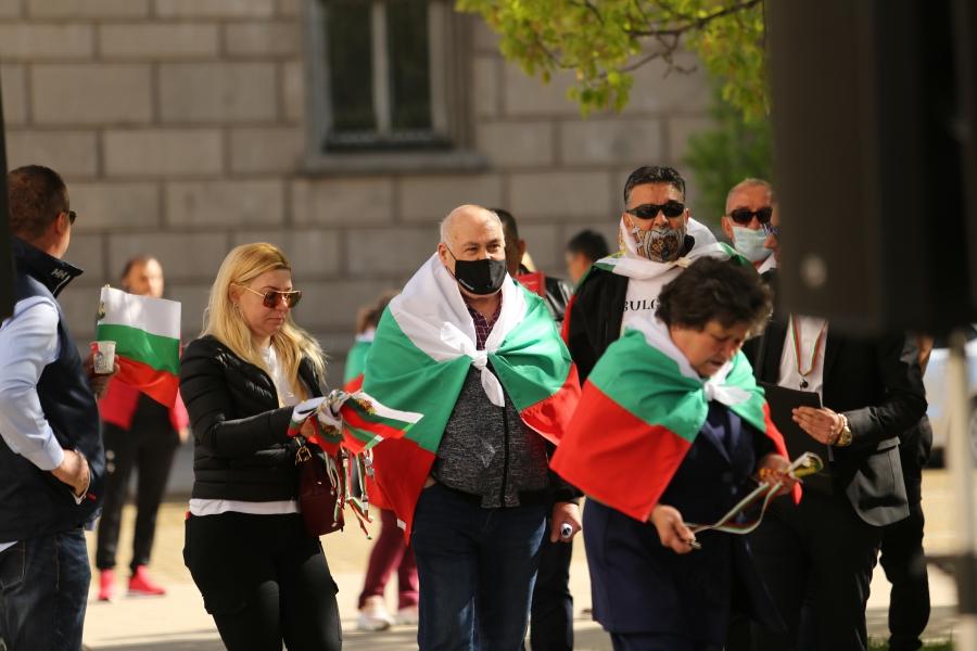 Двоен протест пред президенството