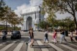 """""""Триумфалната арка в опаковка"""" в Париж"""