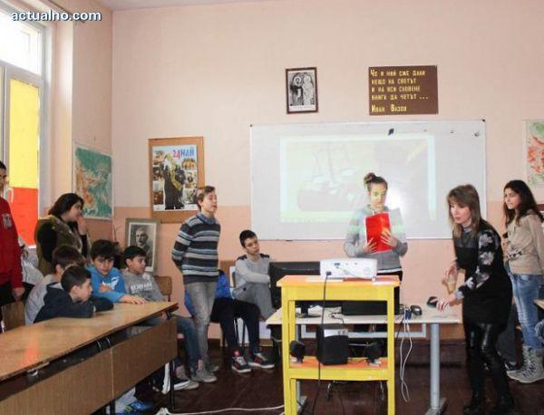 photo of Ученици наваксват пропуснати уроци във виртуална класна стая