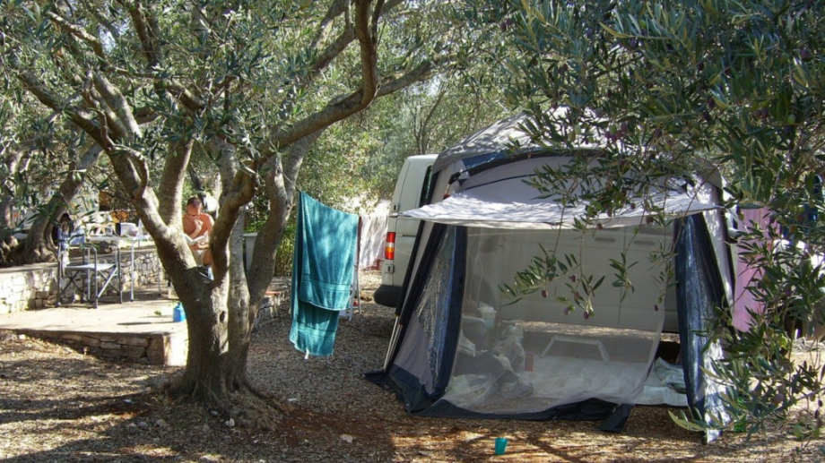 Нови модели ваканционни превозни средства, туристически автомобили, мотоциклети, палатки, къмпинг