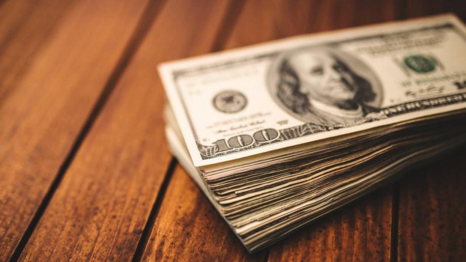 Доларът се задържа близо до многомесечни върхове спрямо други основни