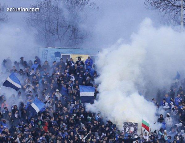 """photo of Сблъсъци в Хърватия: Изпепелена кола и фенове на """"Левски"""" в ареста"""