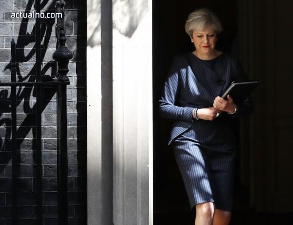 photo of Тереза Мей преживя оставка на министър и едвам удържа преди ключови гласувания по Brexit