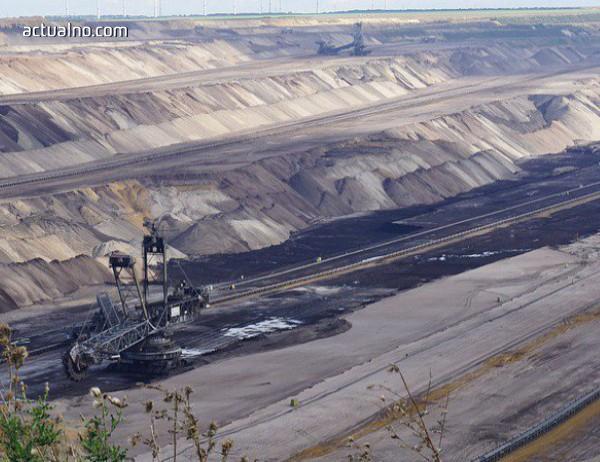 photo of Съмнителна фирма превръща в кратери стотици декари земя в Пернишко