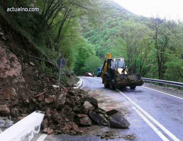 photo of Паднали скали блокират два пътя в Смолянско