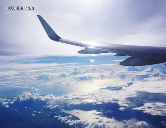 photo of Самолет кацна успешно, след като изгуби част от крилото си (СНИМКА)