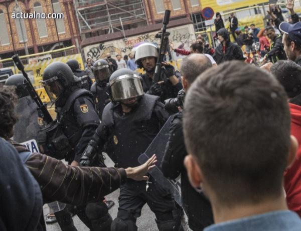 photo of Испанската полиция бие каталунските пожарникари (ВИДЕО)