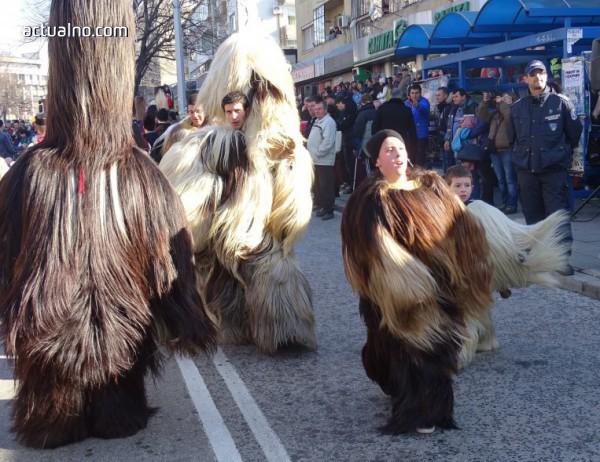 photo of Над 1000 кукери гониха злото от Благоевград