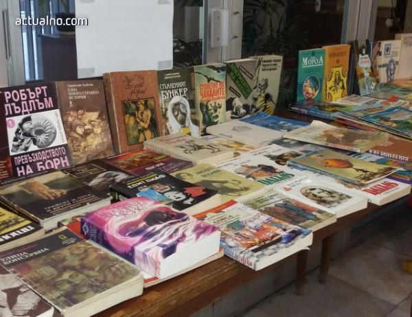 photo of Младежи с кауза – продават книги, в помощ на деца с увреждания