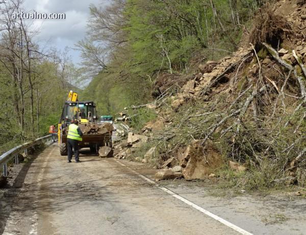 photo of Свлачище блокира изцяло пътя към Рилския манастир