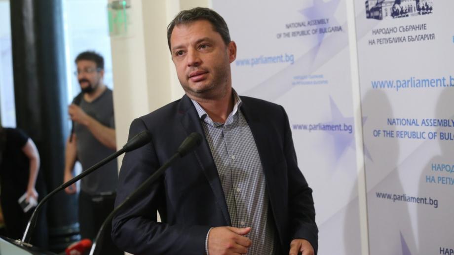 Бившият икономически министър и депутат от ГЕРБ Делян Добрев дава