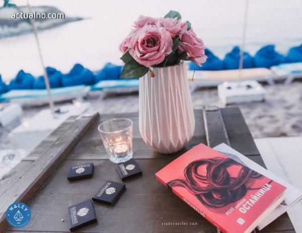 """photo of Рене Карабаш представи своя дебютен роман """"Остайница"""" на морския бряг в Лозенец"""