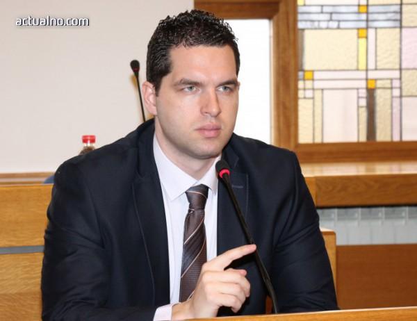 """photo of Общински съветник иска среща с Фандъкова и полицията за травеститите на пл. """"Македония"""""""