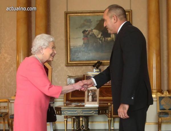 photo of Радеви се срещнаха с кралица Елизабет II и я поканиха в България (СНИМКИ, ВИДЕО)