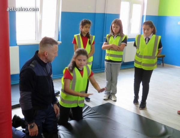 photo of Полицаи от Сливен обучават деца в техники за самозащита