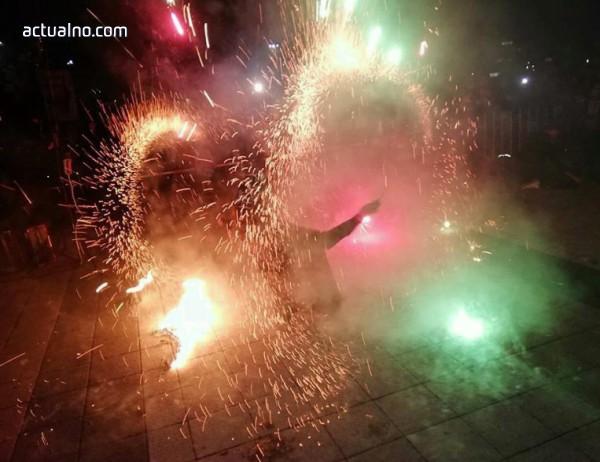 photo of С огнено шоу запалиха елхата в Плевен (СНИМКИ)
