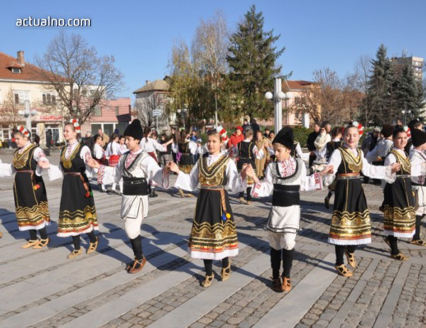 photo of Ломчани празнуват Никулден с рибна саламура и пъстро хоро