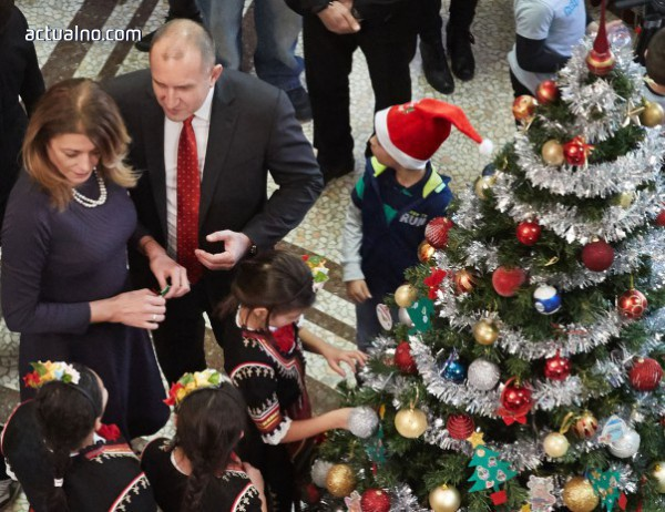 photo of Радеви украсиха елхата в президентството (СНИМКИ)