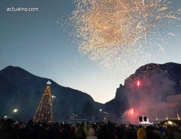"""photo of Враца запали светлините на елхата на площад """"Христо Ботев"""""""