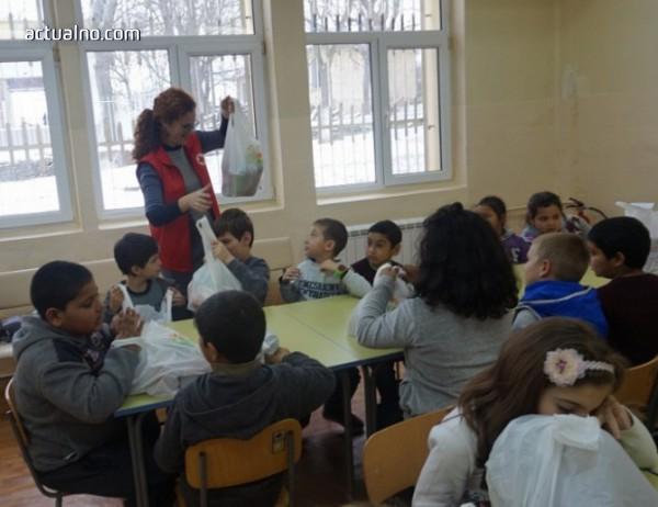 photo of Деца помагат на деца с храна и подаръци