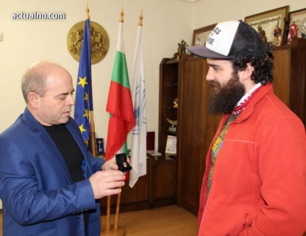 photo of Пътешественикът получи златна значка от кмета на Русе