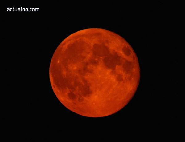 """photo of Метеорит удари Луната точно когато тя беше """"кървава"""" (ВИДЕО)"""