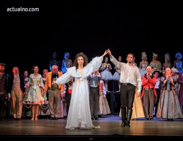 """photo of Публиката аплодира на крака """"Фантомът на операта"""""""