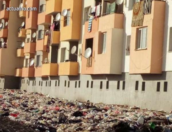 photo of Роми почнаха да чистят кочината от боклуци, която са създали около саниран блок