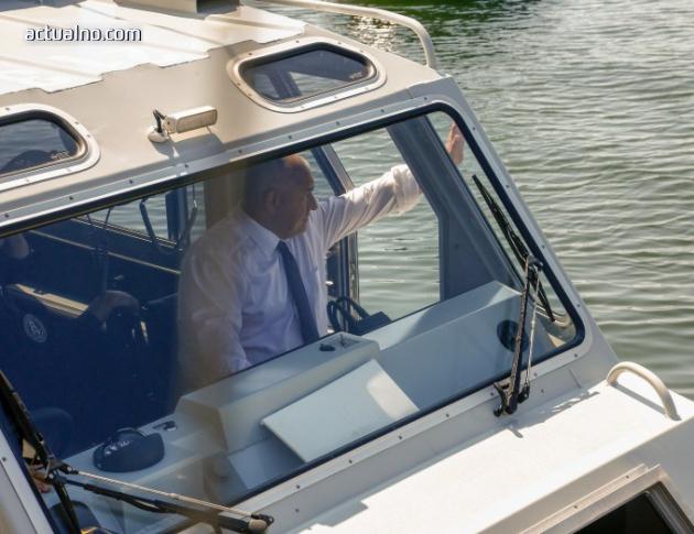 photo of Борисов подкара катер от Морската гара във Варна (ВИДЕО)