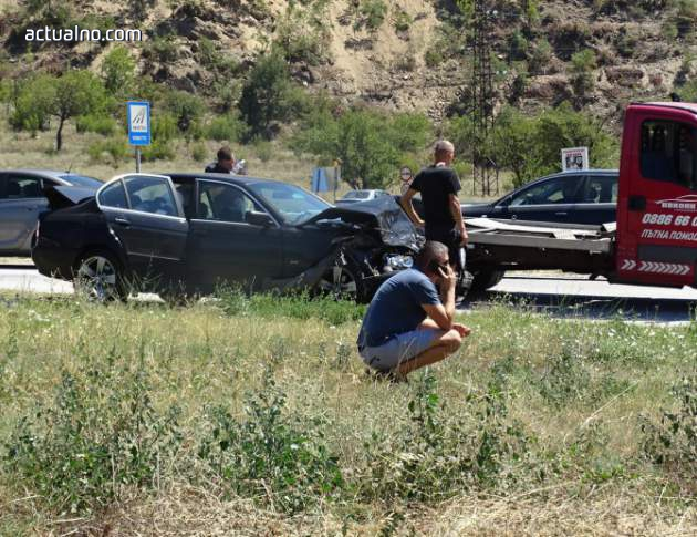 photo of Три автомобила попаднаха във верижна катастрофа край Симитли (СНИМКИ)