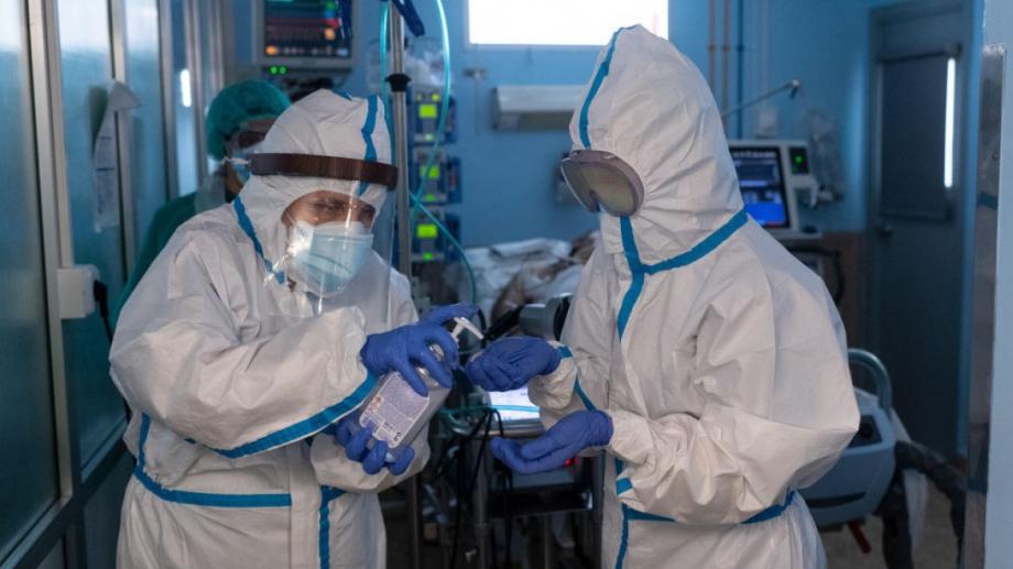 Медиците, които работят на първа линия в борбата с COVID-19,