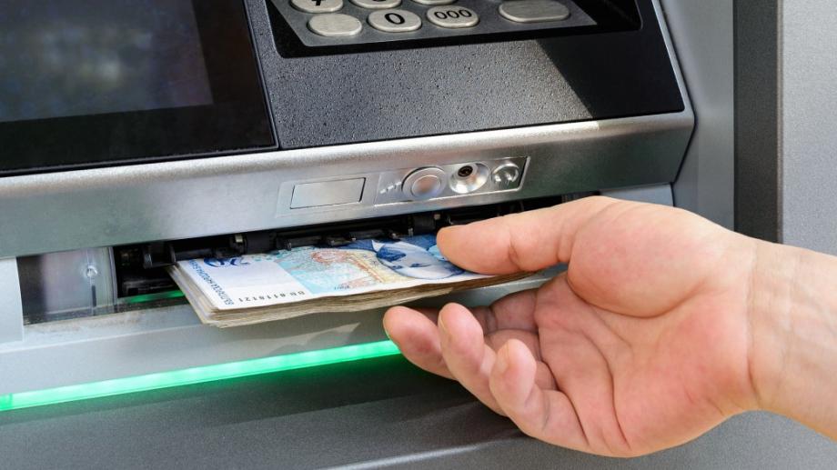 Банките взимат средно по 3,91 лв. от разплащателната ни сметка,